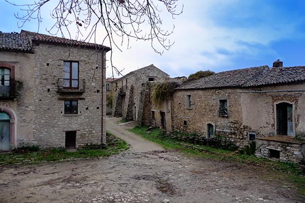 I 10 paesi fantasma pi suggestivi d italia 3 roscigno for Disegni di case abbandonate